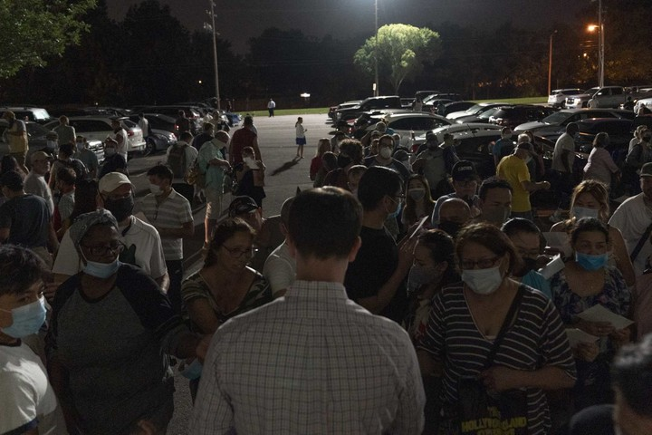 Hundreds camp out in Oklahoma unemployment lines