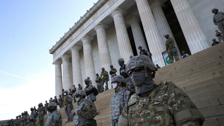 Troops guard steps of Lincoln Memorial amid protest