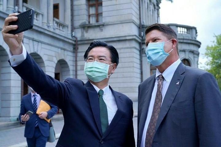 Taiwan scrambles jets as China military overshadows US visit