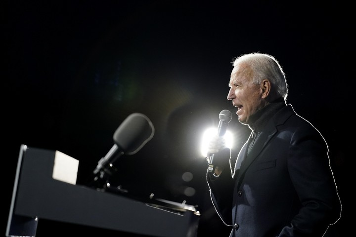 In 2020 finale, Trump combative, Biden on offense