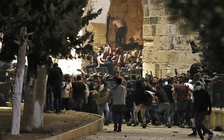 Hamas gives Israel 2 a.m. ultimatum to remove forces from Temple Mount