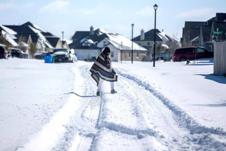 Texans wake up cold, 2.7 million households without power