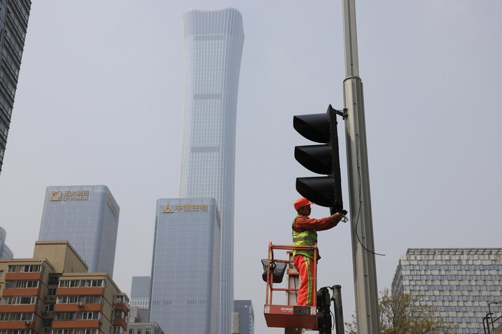 China's growth surges to 18.3% but rebound leveling off