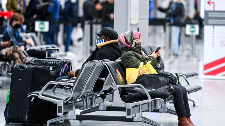 Tense atmosphere for UK passengers held at German airports - France 24