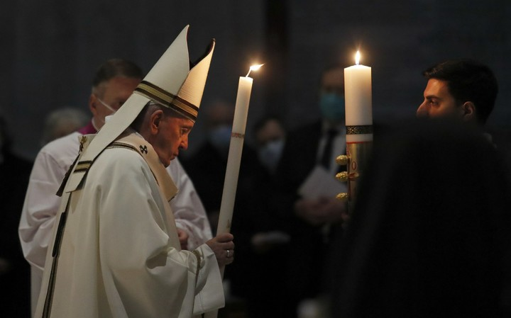Pope urges hope amid 'darkness' of pandemic in Easter vigil