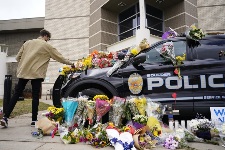 Officials: Gun in supermarket shooting bought 6 days earlier