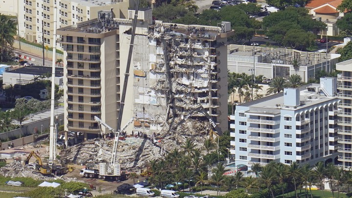 Families of the missing visit site of Florida condo collapse